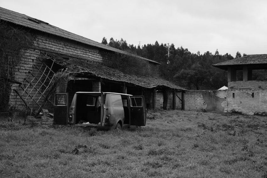 Built Structure Outdoors Architecture No People Day Sky Sucata Abandoned Car Car Photography Dented Car Dented Waste Old Van Van Nature Grass