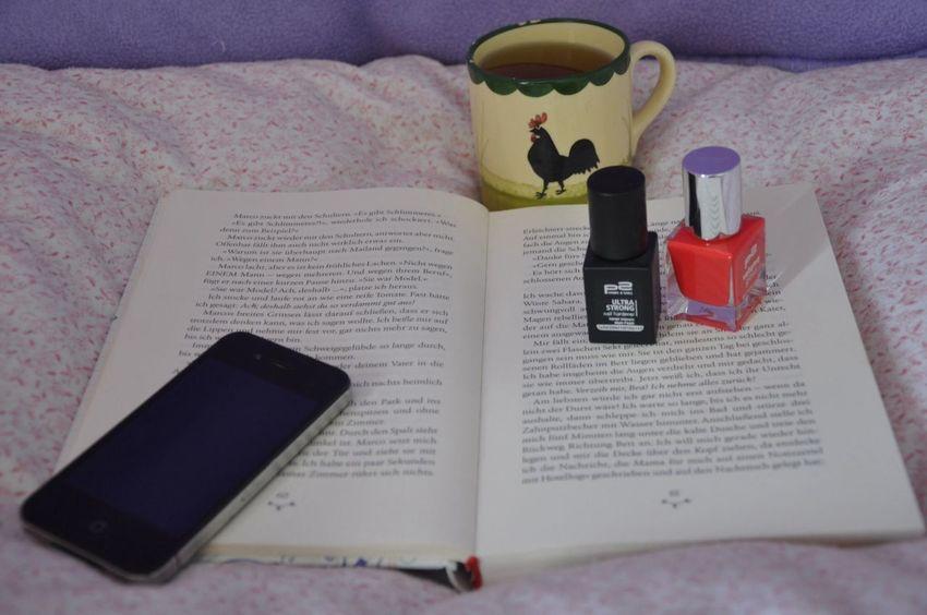 Sick at home. Mit Nikon D90 Hello World Sick Book Nailpolish