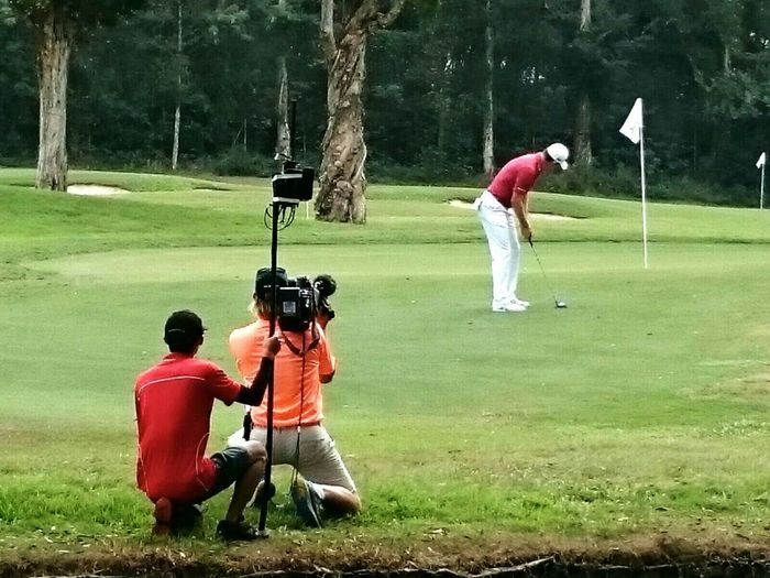 Golfing Golfer Golf Competition Sportsman Sports Photography CameraMan People Photography Sunday Morning Concentration Precision Videographer Videoshooting Colourful 2015  Open Championship Hong Kong Golf Club Hong Kong Sport In The City