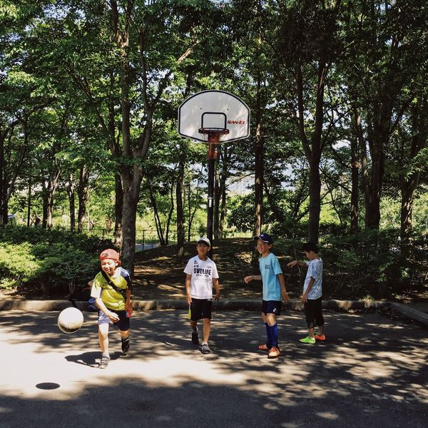 Tree Sport Basketball - Sport Basketball Hoop Basketball Player Full Length Leisure Activity Exercising Togetherness Outdoors Sports Clothing Ball Playing Day Court Growth Team Sport Group Of People Boys Kids Children Childhood The Photojournalist - 2017 EyeEm Awards Be. Ready. Summer Exploratorium
