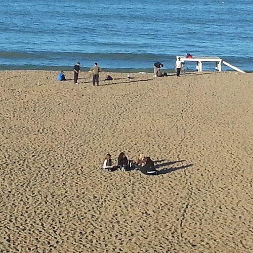 Hay cosas q una foto no puede captar. Un grupo de chicas tomando mate en la playa.