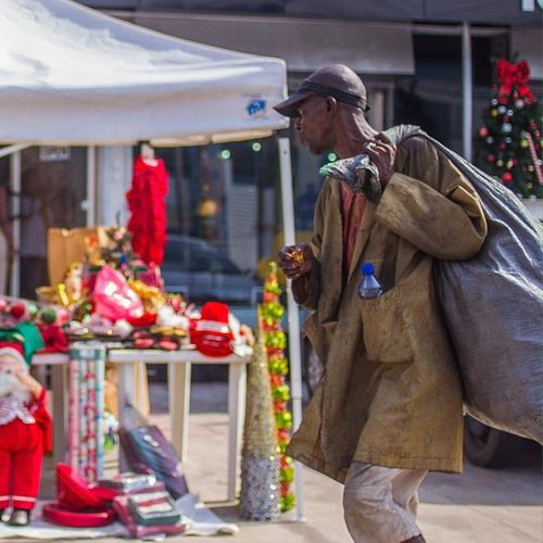 Let us all hope and pray this Christmas is for everyone! Lagos Nigeria ChristmasInLagos Streetphotography africa disparity christmas snapitoga