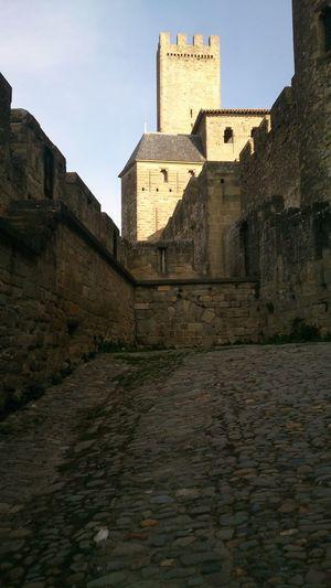 Entrando a la Cuidad Medieval de Carcassone y de fondo se ve la Torre del Castillo