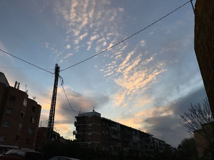 Atardecer en un barrio del sur de Madrid. IPhone 7 Plus Cielo Azul Madrid Enjoying Life Taking Photos Outdoors City Relaxing Nubes Sol Clouds And Sky Clouds And Sun