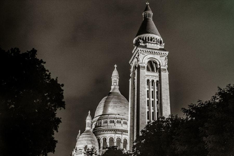 La basilique du Sacré-Cœur, dite du Vœu national, située au sommet de la butte Montmartre, dans le quartier de Clignancourt du 18e arrondissement de Paris, est un édifice religieux parisien majeur, « sanctuaire de l'adoration eucharistique et de la miséricorde divine ». 18ᵉ Arrondissement 18ᵉ Arrondissement De Paris Butte Montmartre La Basilique Du Sacré Coeur De Montmarte La Basilique Du Sacré-Cœur Montmartre Paris Sacré-Coeur