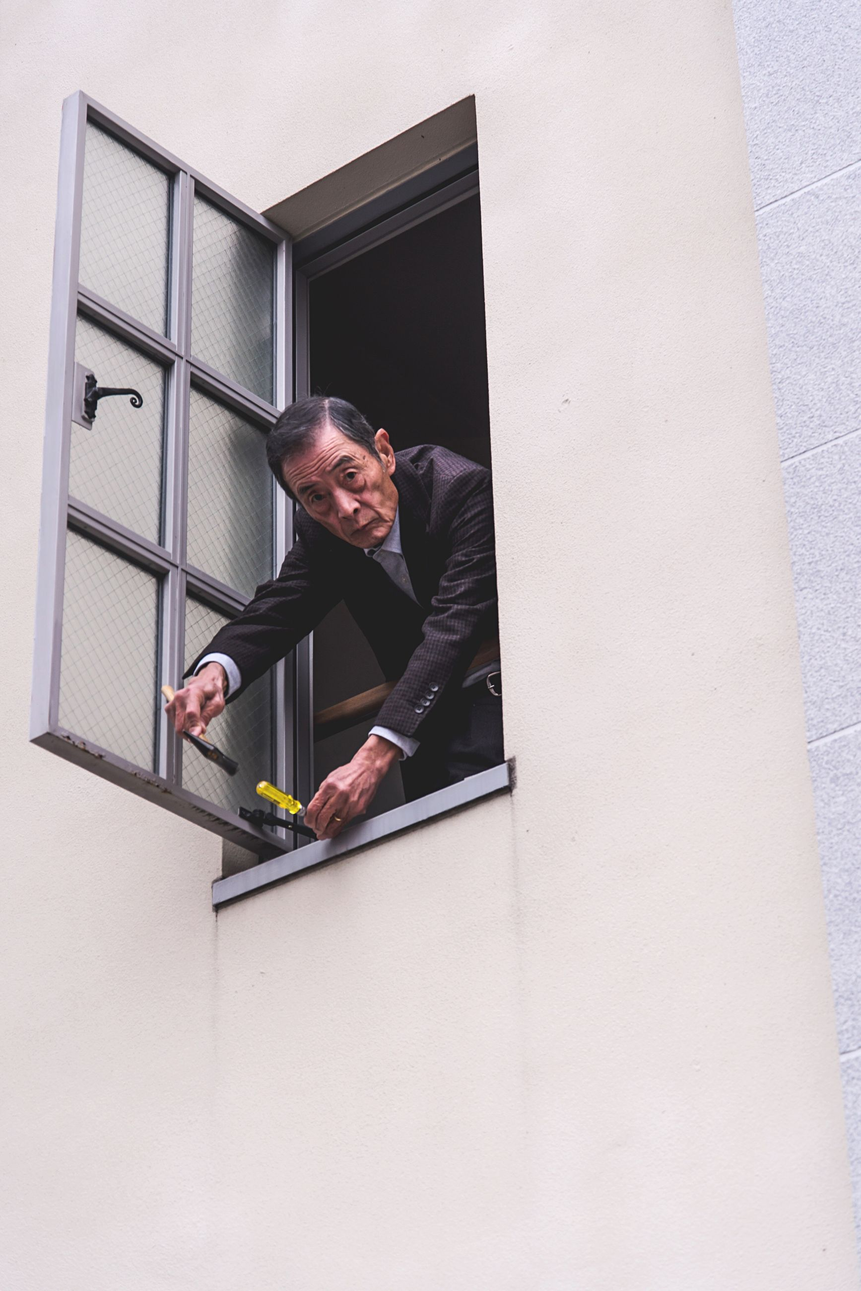 MAN WORKING IN OFFICE BUILDING