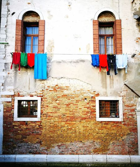 Symmetry Urbanarts Urbanarchitecture Old Buildings Venice, Italy EyeEmNewHere History Through The Lens  BackTime Details Symmetry Hidden Places Window Box Window Architecture Building Exterior Built Structure Clothesline Laundry
