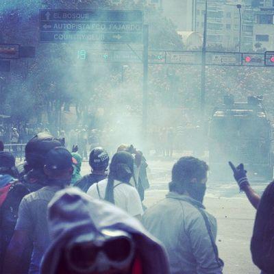 1M 1marzo Chacaito Venezuela sosvenezuela ResistenciaVzla sos laverdad estudiantes gobiernocorructo prayForVenezuela fuerza elquesecansapierde altamira caracas universidades resistencia capuski laluchasigue gnb lacrimogenas calle estudiantes