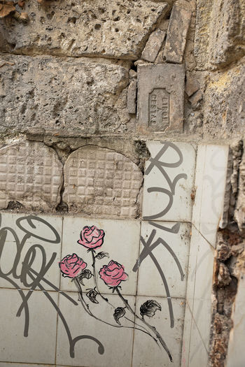 Architecture Art And Craft Built Structure Close-up Communication Day Graffiti Heart Shape No People Outdoors Text Wall - Building Feature