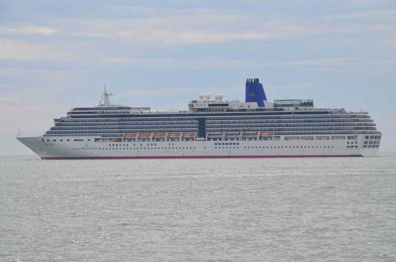 Le MS Arcadia, actuellement deuxième plus grand navire de la flotte de P & O Cruises, a fait escale à La Rochelle le 7 mai 2016. Arcadia Bateau Boat Cruise Ship La Rochelle, France MS Arcadia Navire Navire De Croisière