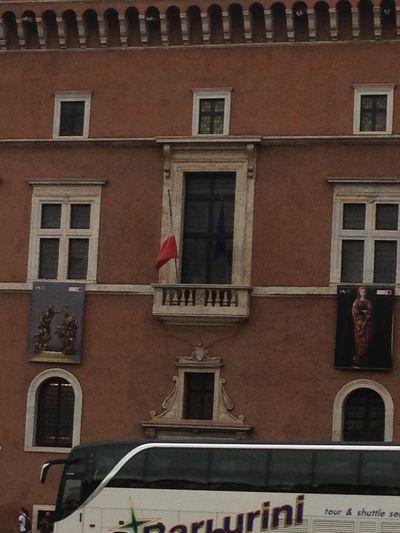 """من هذه الشرفة صاح موسوليني: """"يا شعب إيطاليا العظيم""""."""
