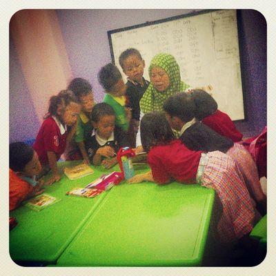 Antusias anak-anak ketika mendengarkan bunda @yayah_siti mendongeng :) RBAciledug @asmanadia @sevintia0520