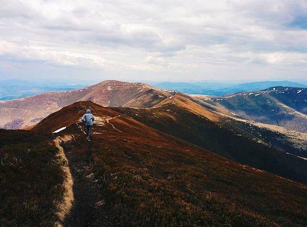 Ніщо не зрівняється з тим відчуттями свободи полетіти і можливості померти через мить гори трекінг Mountains Trekking Travel Nationalgeographic Volovets Стій боржавськіполонини