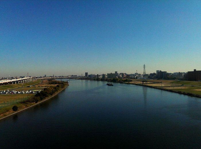 秋晴れの荒川。