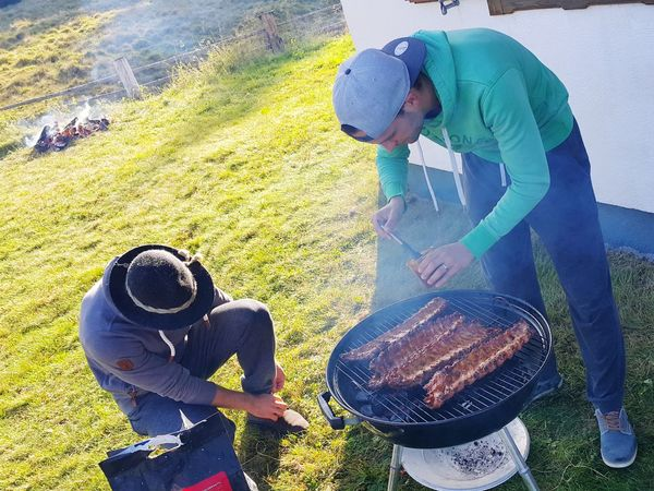 Alpine Grilling Grill Steaks Spareribs Grillen Mit Freunden Grilled Grilling Food Stories One Person Childhood Looking Down Day Outdoors Sand People Real People Men