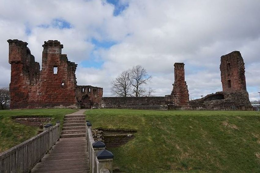 Penrith Castle. Now in ruins. Richard III once lived here but now not much left..what is left is clearly well looked after. Ig_edenvalley Thelakedistrict Lakedistrict Ig_cumbria_love Ig_cumbria Castle Penrithcastle Penrith Fiftyshades_of_history Ruins Sonyalphasclub SonyA5000 Sonyimages Ukpotd