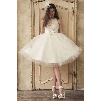 挙式ではナチュラルなデザインのドレスでも、お色直しや二次会では、思いっきり華やかにしてみたい。。。という方の為にある様な、飛びっきりキュートなショートドレス。。。 幼い頃、心惹かれたドールの様な総チュールにビジューとパールをあしらったレンタルドレスの逸品です❣ ヘッドドレスの王冠と星のグリッターシューズは、店頭は勿論月1回のナイトショッピングやオンラインストアーでもご購入可能です。。。 ウェディングドレス クリオマリアージュドレス ドレス Cliomariage Weddingdress ドレス カラードレス クリオマリアージュ ガーデンウエディング Wedding ウェディング 結婚 結婚式 結婚式準備 タキシード Accessory アクセサリー ヘッドドレス ギフト ブライダル Fashion ファッション ナチュラル プロポーズ 渋谷 婚纱撮影前撮りプレ花嫁結婚準備