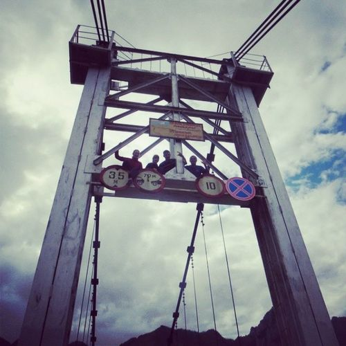 Как истиные туристы, мы просто не можем куда-нибудь не залезть) Горный_Алотай мост ороктойскиймост дурашки туристыхорошеенастроение