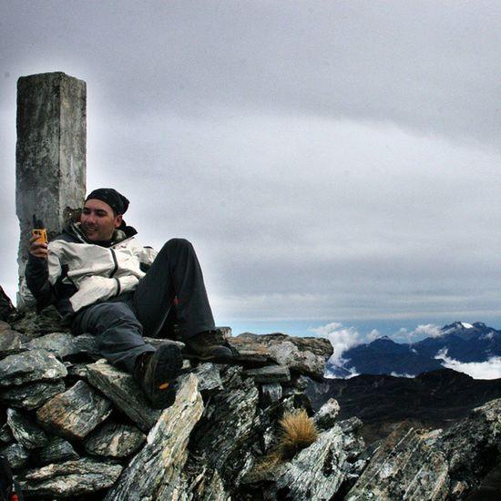 Tomando un descanso y haciendo mediciones en el pico Piedras Blancas en la sierra de la Culata. Al fondo el pico Humboldt y su glaciar, en Mérida Venezuela Venezuelatravel Venezuelaes Gotravelfree Gf_venezuela Gf_colombia IG_GRANCARACAS IgersVenezuela Insta_ve Instapro_ve IG_Venezuela InstaLoveVenezuela Instafoto_ve Instaland_ve Destinomaschevere Tequierovenezuela Thisisvenezuela Icu_venezuela Ig_lara Igworldclub Ig_tachira IG_Panama Instaland_ve Ig_merida elnacionalweb