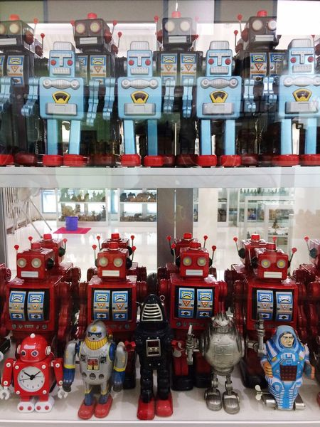 Robot Old Toy Choice Variation Retail  Large Group Of Objects Arrangement Store Retail Display In A Row Indoors