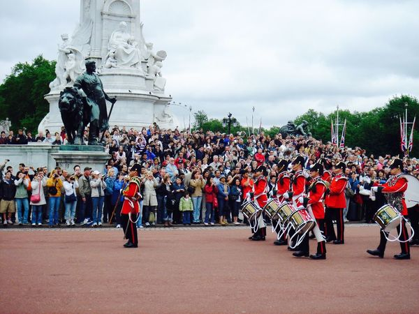 Changing of the guard @ Buckingham Palace! Marching Uniform Parade Music Outdoors Military Uniform Marching Band Military Parade Real People Statue Sculpture Sky Buckingham Palace Changing Of The Guards Historic London Tourism Scenic Drummer Tradition Beautiful London Lifestyle