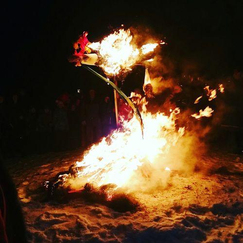 Сожжение чучела на Масленицу. Невероятно красивые традиции на Руси были! Как здорово, что они есть и по сей день.Традициям не изменить традиция сожжение чучела чучело праздник Русь Матушка Maslenitsa масленица Fire огонь Brazil Carnival Crowds Carnival Crowds And Details