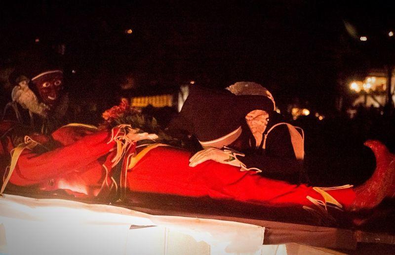 Los Jokili, colonieros e invitados lloran al Jokili muerto. Lo despiden hasta el próximo año Venezuela Carnival Streetphotography