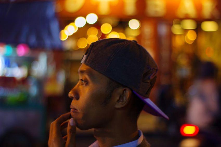 kegelisahan dalam malam City Illuminated Men Headshot Headwear Close-up Thinking Introspection Day Dreaming Hand On Chin Portability Pensive Answering Dialing