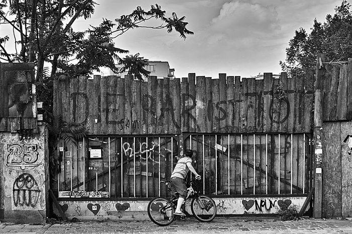 Black & White Streetphoto_bw Fading Memories Peeping