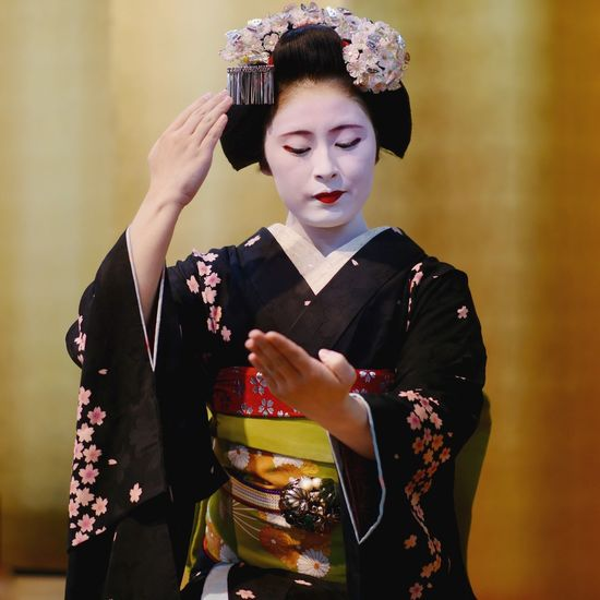 Maiko Mitsuki on stage : Gion Kobu district, Yasaka Club Kyoto. Sitting portrait Natural beauty Japan photography 祇園甲部 舞妓 Kyoto Photography Panasonic GX8 LEICA DG NOCTICRON 42.5mm/F1.2 ASPH No Flash 85mm Portrait Portrait Of A Woman Stage - Performance Space 八坂倶楽部 Japanese Culture Elégance Maiko Clothing One Person Beautiful Woman Beauty Front View Adult Traditional Clothing Females