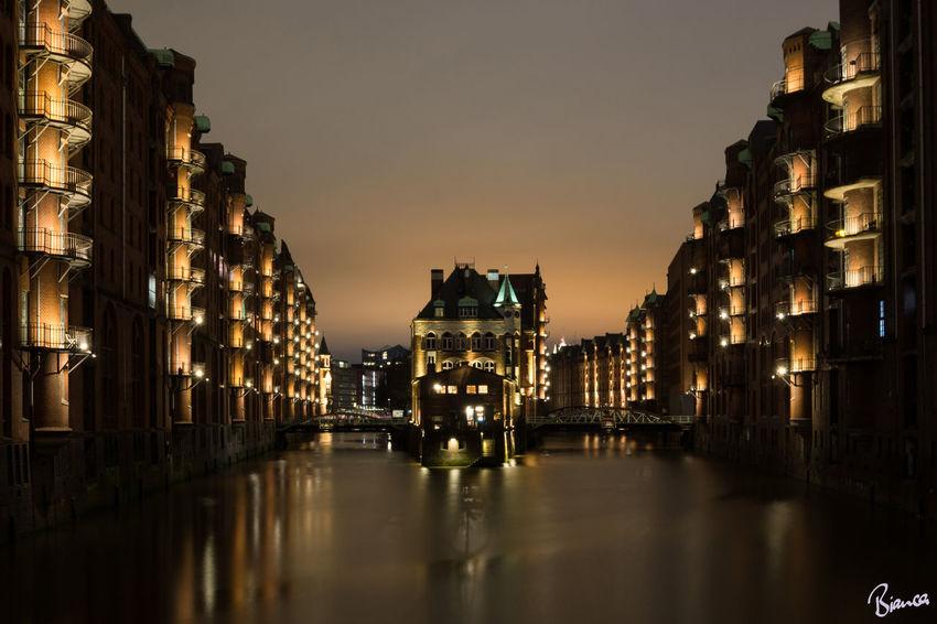 Das beliebte Wasserschlösschen in der Hamburger Speicherstadt. Hamburg Speicherstadt Nachtfotografie Langzeitbelichtung Night Reflection Architecture History