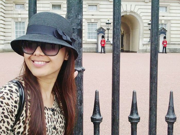 soulmate visit Buckingham palace in London Cheese! London Model Pose Fashionblogger