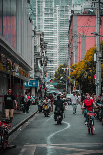 體 驗 中 國 的 街 頭 。 City Politics And Government Bicycle Road City Street Men City Life Cycling Architecture Building Exterior Rickshaw Motorcycle Land Vehicle City Gate Moving Motor Scooter Zebra Crossing Parking Vehicle Side-view Mirror The Street Photographer - 2018 EyeEm Awards The Traveler - 2018 EyeEm Awards Summer Road Tripping