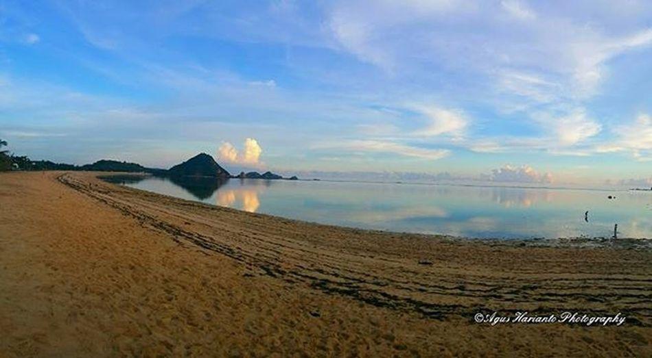 When Kuta beach was low tide in the afternoon. Agushariantophotography Beach Kutabeachlombok Lombokisland Lombokhighlight Whitesandybeach Livingthedream Scubasurflombok