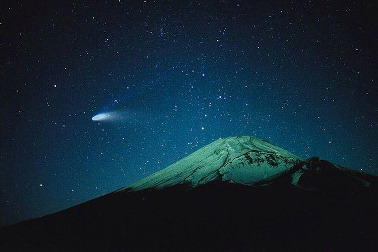1日遅れちゃったけど20年前に撮影したヘールボップ彗星と富士山🗻 Twenty years ago comet C/1995 O1 and mtfuji March.30.1997📷 Comet Mtfuji Halebopp Night Nightphotography Astronomy Eyeemphotography EyeEmBestPics EyeEm EyeEm Best Shots EyeEmbestshots EyeEm Gallery ヘールボップ ヘールボップ彗星 1997年の大彗星 富士山 リバーサルフィルム Space And Astronomy プロビア プロビア1600 1997 20years