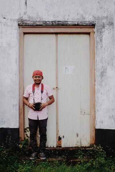 let's make a photi Banda Bandaneira Bandaneiraislands Moluccas Bandanaira Mohammadhatta EyeEm Selects Standing Full Length Portrait Men Front View Door Mid Adult Fashion