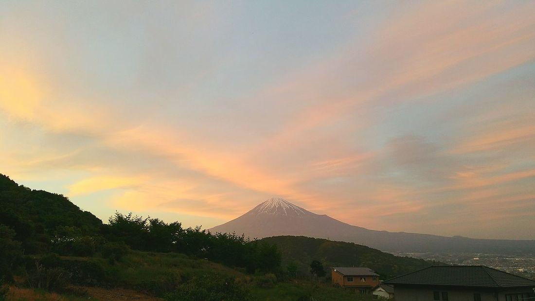 連続投稿、失礼致します。先程我が家からの富士山を投稿したばかりですが、その写真から45分位後の同じ場所からの富士山です。夕焼けのサクラ色した雲が綺麗でした。皆さんにもお届けしますね。 富士山 Mt Fuji Hello World 富士市 富士川楽座 富士川SA 夕焼け空 Sunset