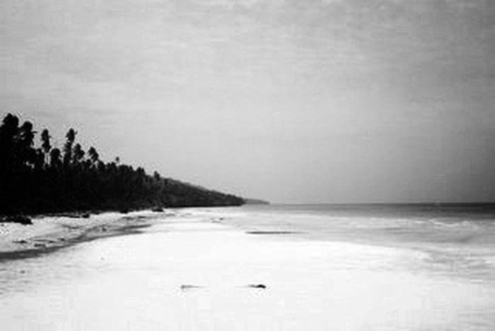 dan tanpamu di hariku adalah sepinya sepi.. Beach Blackandwhite This Is Indonesia Maratua Island