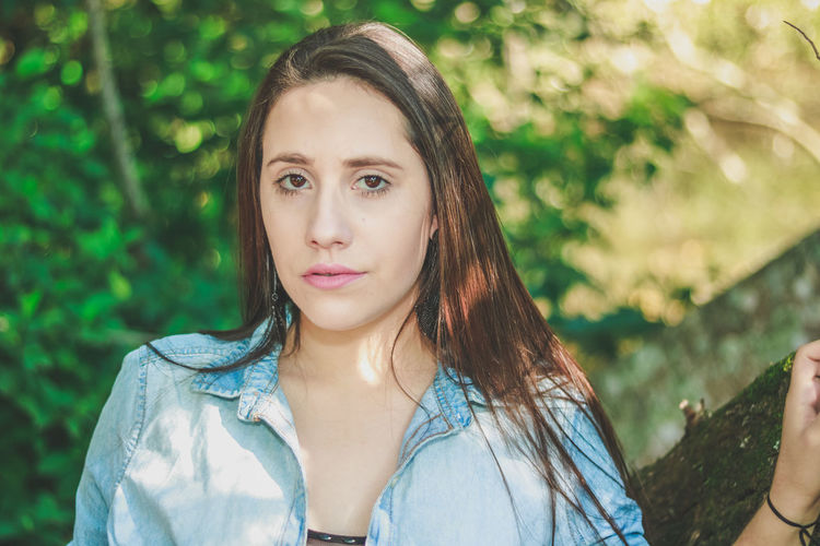 Beautiful Woman Beauty Close-up Day Focus On Foreground Front View Lifestyles Looking At Camera Nature One Person Outdoors Portrait Real People Tree Young Adult Young Women