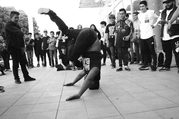 Habilidad. 🙌 BBOY Bboying HipHop Breaking Freestyle Freeze Cypher Cypherdance Batle Batledance Dance Dancing Dancer Breakdance Pasión  Leonstyle Leongto Mexico Monocromo Monochrome Photography Urban Urbanstyle Adrians
