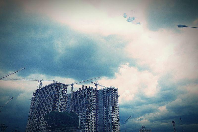 Стройка на Зиле Cloud - Sky Sky Outdoors Architecture Built Structure Building Exterior No People City Water зил Москва City Life Россия Apartment City EyeEm Architecture Eyeemphotography каменные джунгли Storm Cloud Russia EyeEm Gallery