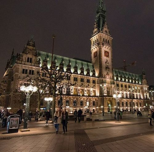 Great light, Hamburg city . Architecture Old Hamburg Hamburgcity Night Nightphotography Streetphotography Street Travel Travelling Instago Instagood Cold Winter Building Sharp Exposure Conposition Handheld Wideangle Wideanglelens DSLR Dslrphotography Photographyislifee Beautiful awesome instapic germany