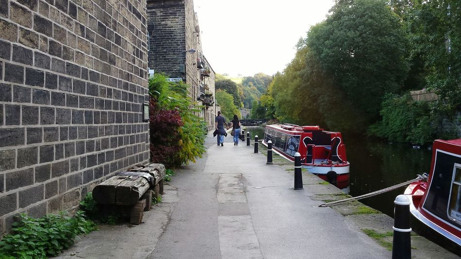 Learn & Shoot: Leading Lines A beautiful jaunt along the canal bank. Narrowboats Canal Couple Holding Hands Photos That Will Restore Your Faith In Humanity Love Walking Water Landscape