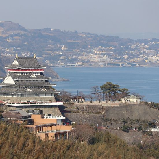 ブロンズ像 冬の空 日本 Tree 樹 Sky 見上げる Japan 熱海 冬の空気 Japan Photography 春よ来い つぼみ Sea Beach Travel Destinations Cityscape Outdoors Architecture City
