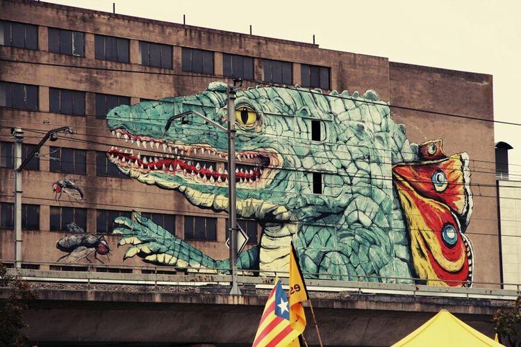 Starting A Trip Streetphotography Street Art Art Taking Photos Fotodroiding Photo Photography SPAIN Fotodroids Dinosaurs Streetphoto_bw Freaksbcn Girona Trip Photo Memories Of Spain Going To Market
