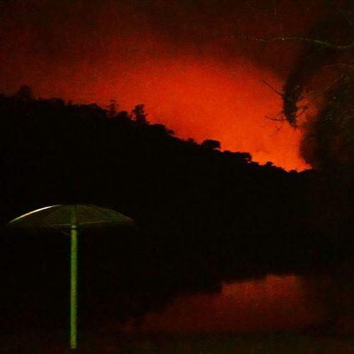 Noite Lago Fábrica ao Fundo Chaminé foto loka celular pHoda filme terror