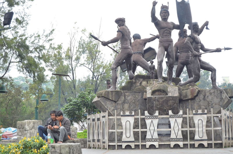 Early morning scene at Igorot Park. EeYem Best Shots EeyeemPhilippines Art And Craft Day Sculpture Statue Human Representation Architecture Creativity Built Structure Two People Outdoors Baguio City Igorot Park Men People Warrior Art And Craft Creativity