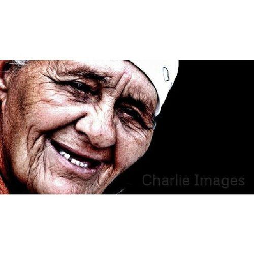 """Doña Toña La expresión de su cara llena de arrugas en esta fotografia no es de llanto sino de la risa que le dio al yo decide """"mamá puedo hacerle unas fotos"""" me dice.. -si (risa) pero tienes que darme 5 pesos para mi cigarro.. -"""