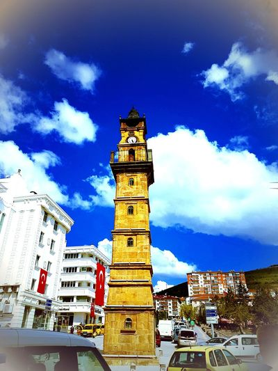Yapı şehrin merkezinde yükselsen kare prizma gövdeli uzun bir kuledir. Kuleyi, Tevfikizade Ahmet Bey, Belediye Başkanlığı sırasında yaptırmıştır. Mimarı Şakir Ustadır. 1325 / M.1902- 1908 Tarihli Ankara salnamesinde saat kulesinden ayrıntılı bir şekilde bahsedilir. Yapıyla ilgili birçok yayında çeşmenin 1908 tarihinde inşa edildiği belirtilir. Ayrıca Saat kulesini yaptıran Tevfikizade Ahmet Beyin II. Belediye Başkanlığı 1908- 1909 tarihleri arasındadır. Bu bilgilere dayanarak yapının 1908 de yapıldığı kabul edilmektedir. Kule enine silmelerle altı kata bölünmüştür. Üst kısmı şerefe gibi balkonla çevrilmiştir. Üzerini çan şeklinde bir külah örter. Külahın altında, her yüzeyde bir saat kadranı yer alır. Çanı 288 kğ. ağırlığındadır. Çanın topu sekiz parça 282 kg. Saatin topu, 50 kg. ağırlığındadır. Çanını yukarıya iki kırmızı lira karşılığında Hamal Kör Musa çıkartmıştır. Her yarım ve tek saatlerde ispatlı olarak çalan saatin üzerinde Norez'Jura ve L.D. Odobey Gadet yazılıdır. Kuleye kuzeydeki yuvarlak kemerli kapıdan girilir. Ve zikzak şeklindeki ahşap merdivenlerle çıkılır. Şerefenin altında aşağı doğru her katta küçük yuvarlak kemerli bir pencere bulunur. EyeEm gallery EyeEm eyee Yybaki666 EyeEm Gallery EyeEm Saatkulesi Kule Tarihi Yozgat Nerde Yozgat'da Sehir Merkezi Tower Clock Saat Zaman Clock Clock Tower Sky Architecture Building Exterior Cloud - Sky Built Structure Astronomical Clock Roman Numeral Bell Tower - Tower Bell Tower Tower Tall - High Clock Face Pocket Watch Wall Clock Instrument Of Time