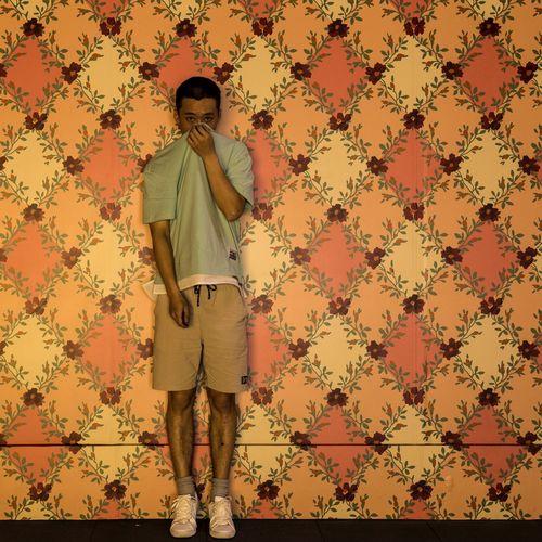 在感情面前,讲什么自我 One Person Standing Wallpaper Pattern Indoors  Real People Full Length